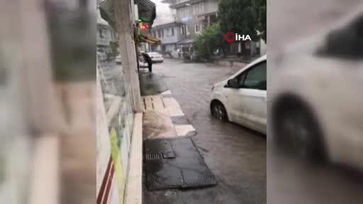 Bursa'da aniden bastıran yağmur yolları göle çevirdi
