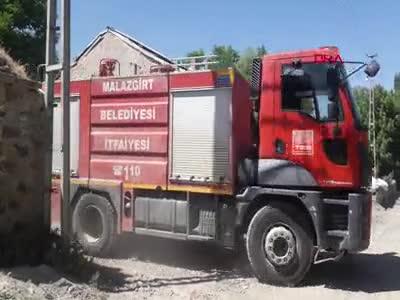 Feci yangında çocuklarını camdan atarak kurtardı!