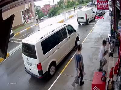 Ehliyetsiz sürücü dehşet saçtı!