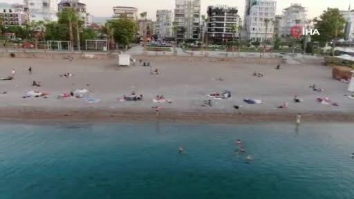 Aşırı sıcaklar yüzünden sahilde sabahladılar
