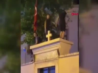 Kadıköy'de kilise duvarı üstünde dans!