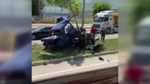 Bursa'da feci kazada araba ikiye bölündü!