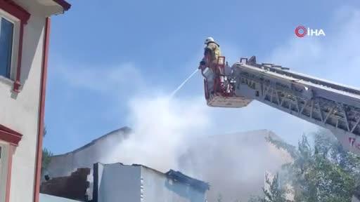 Bursa'da yanan evdeki yaşlı kadını okuldan koşan öğretmen kurtardı