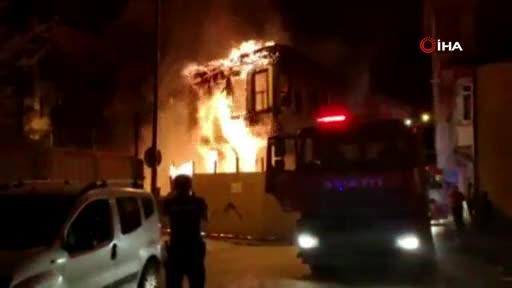 Bursa'da 2 katlı metruk bina alev alev yandı