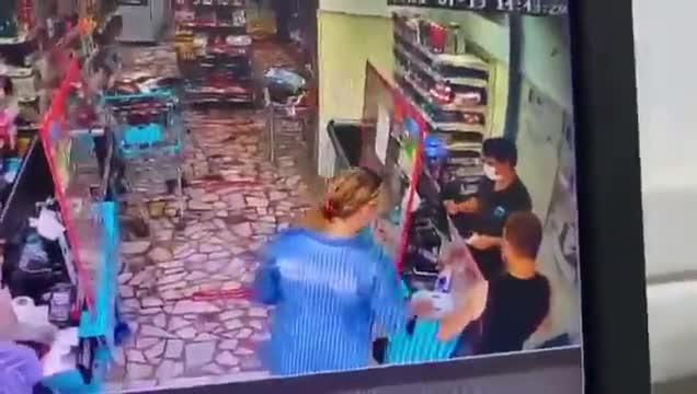 Kasiyer 'Orkid var' dediği için müşterinin saldırısına uğradı