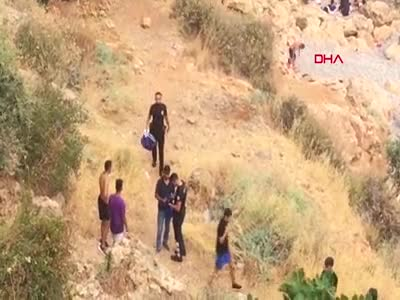 Antalya'da plajda hırsızlık yapan şahıslar, kayalıklara saklanırken yakalandılar