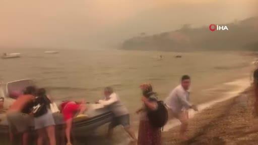 Bodrum'da vatandaşlar tekne ve botlarla tahliye ediliyor
