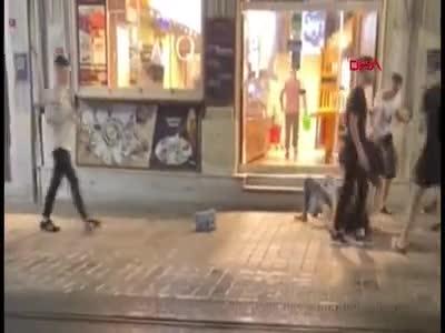 İstanbul, İstiklal Caddesi'nde kadınlar birbirine girdi