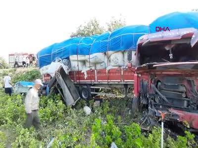 Bursa'da traktör ve tır çarpıştı