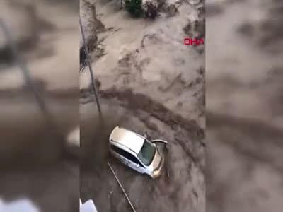 Kastamonu Bozkurt'ta selden son anda kurtulan sürücü kamerada...