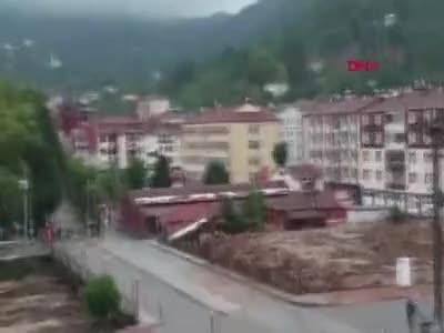 Kastamonu'da selin geliş anı görüntülendi