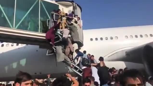 Afganistan'da inanılmaz görüntüler! Uçaklara tırmandılar...