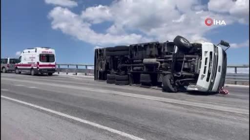 Bursa'da yokuş aşağı ilerleyen kamyon virajı alamayıp devrildi