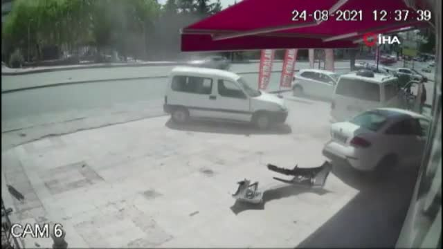 Ankara'da ani fren yapan araç caddeyi birbirine kattı