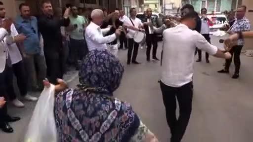 Bursa'da düğünde oynayan teyzeyi görenler şaştı kaldı