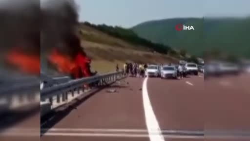 Bursa'da bariyerlere çarpan araç alev aldı! 3 kişi yanmaktan son anda kurtuldu