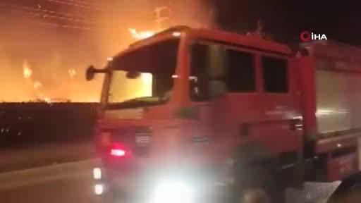 Bursa'da çalılık alanda yangın! Alevler tamir atölyesi ve yüksek gerilim hattına sıçradı
