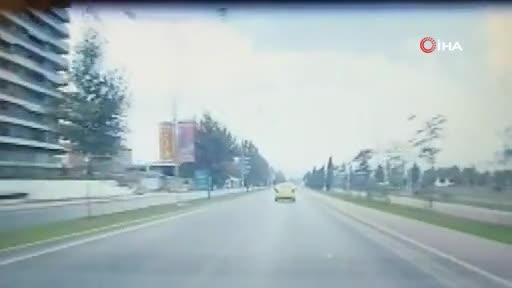 Bursa'da dalgın taksici kaldırıma çıktı!