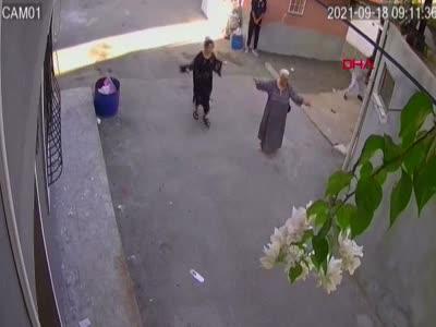 Tacize uğrayan kardeşi için pompalıyla anneannesinin evini bastı