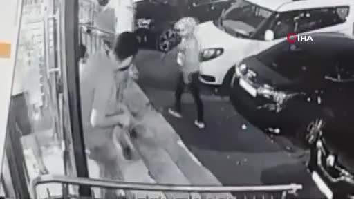Kasklı saldırgan bir kişiyi vurduktan sonra yoluna devam etti