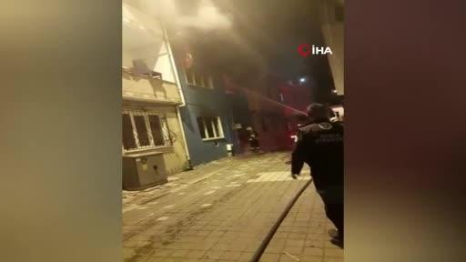 Bursa'da itfaiye eri Türk bayrağını yanmaktan kurtardı