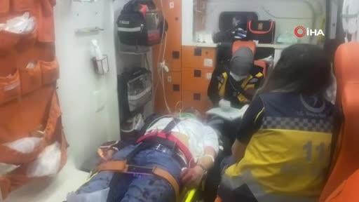 Bursa'da kontrolden çıkan otomobil aydınlatma direğine çarptı: 2 yaralı