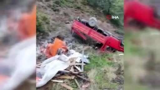 Bursa'da freni patlayan kamyonet şarampole yuvarlandı! 3 kişi yaralı